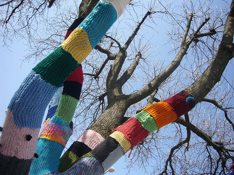 Photo of Yarn-knot tree, by Shrewdcat, CC BY-SA 3.0, Wikimedia Commons.